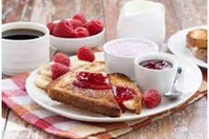 Table de petit-déjeuner aux fruits rouges
